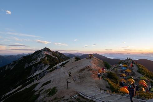 夕暮れ時のテント場を燕山荘から眺める